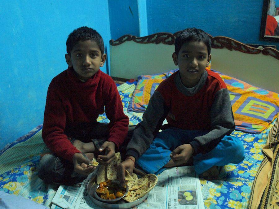 Niños indios comiendo chapati