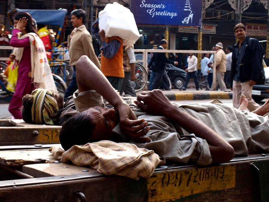 Hombre durmiendo en Vieja Delhi