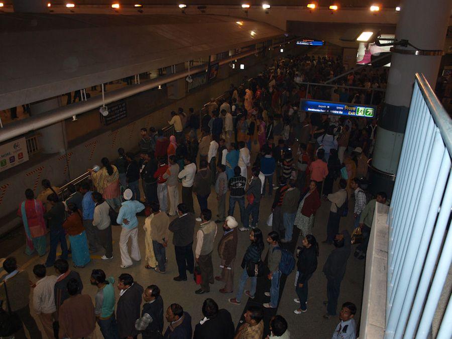 Ordenadas filas en el metro de Delhi