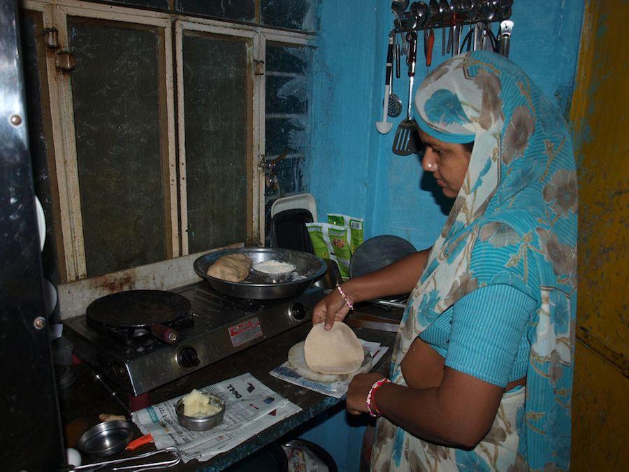 Mujer india cocinando