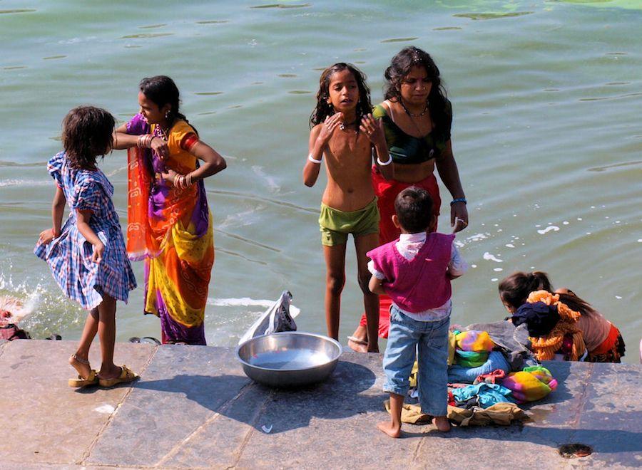 Niños banandose lago Pichola