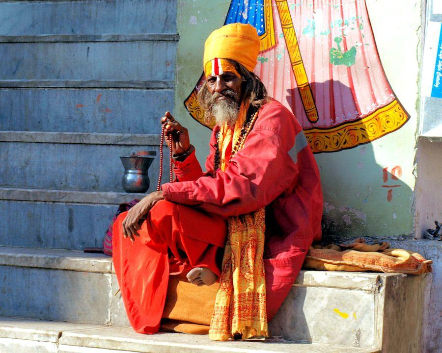Mendigo en templo de India