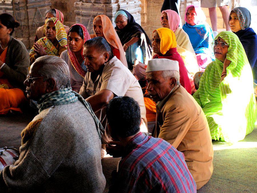 Hindues rezando en el templo