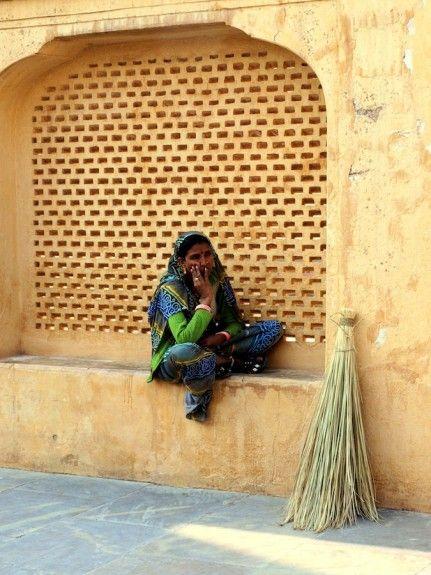 Mujer de la limpieza en el Fuerte Amber, Rajasthan