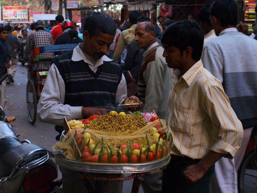 Vendedor de chaat en Vieja Delhi