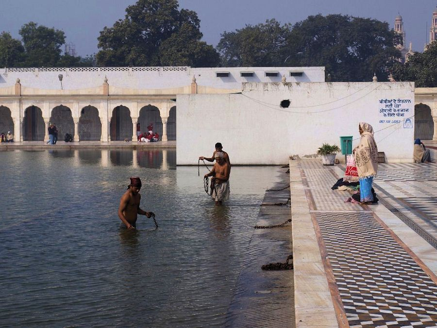 Bañandose-templo-Sikh-Delhi