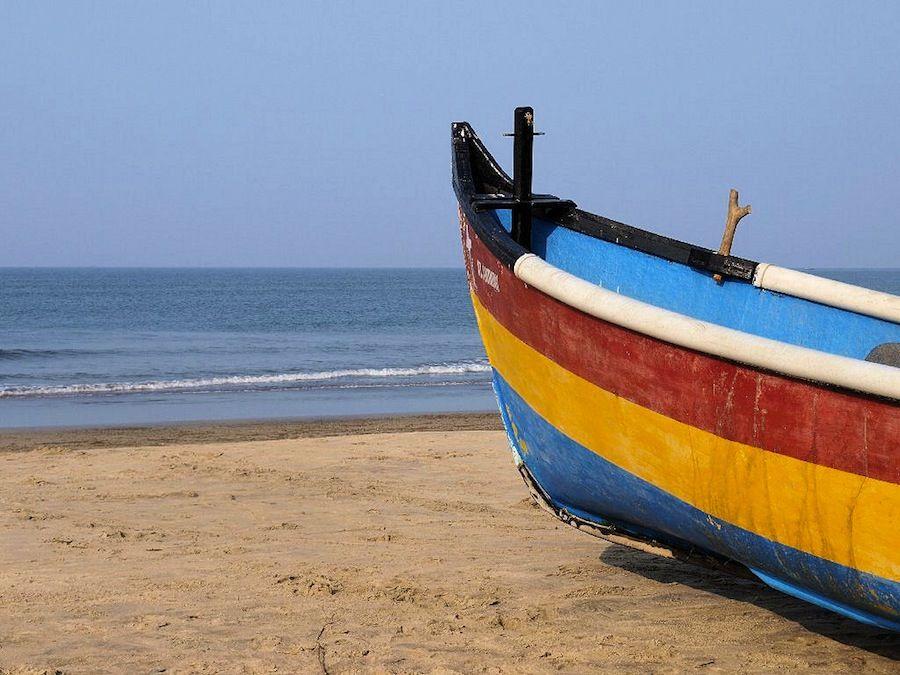 Barca sobre la arena de la playa