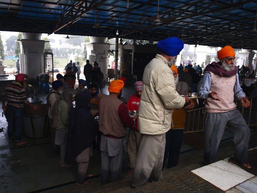 hombres sij sikh templo amritsar