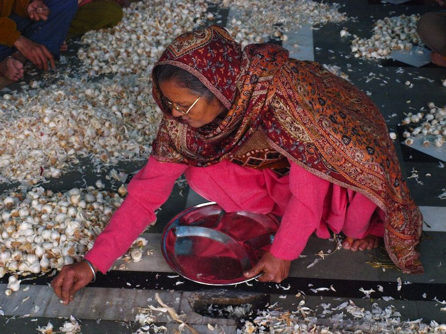mujer cocina templo india