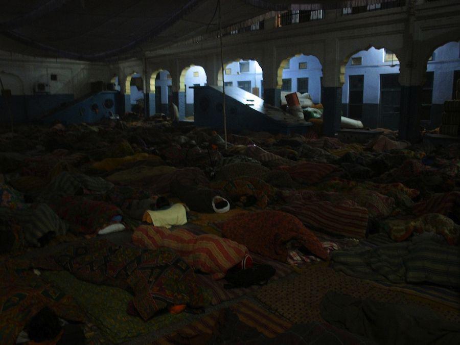 peregrinos durmiendo patio amritsar
