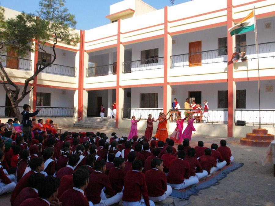Niños cantando y bailando en India