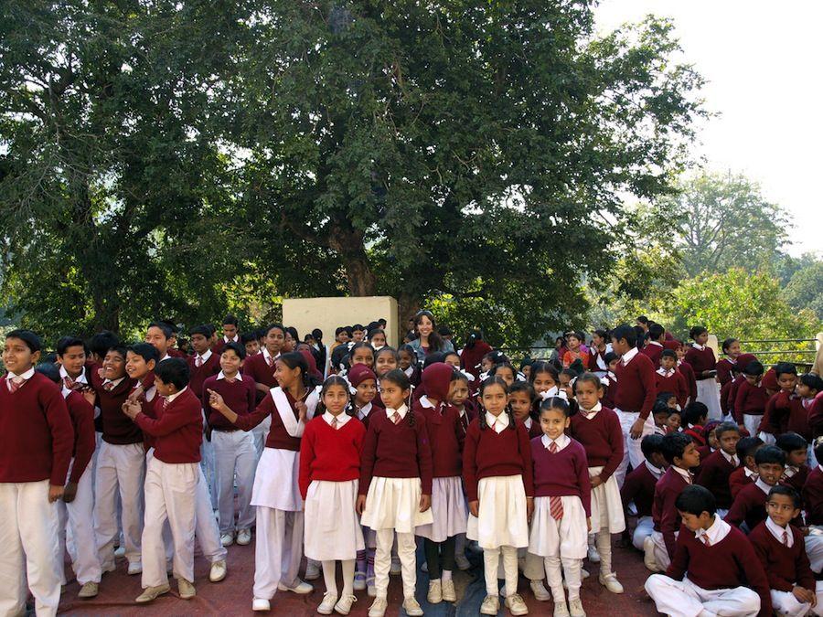 con los niños del colegio, viaje a India