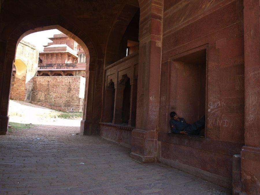 Indios durmiendo en cualquier parte