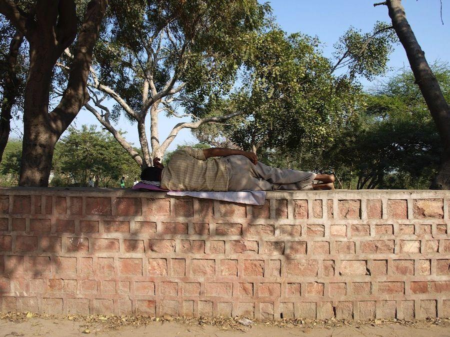 Indios durmiendo en la calle