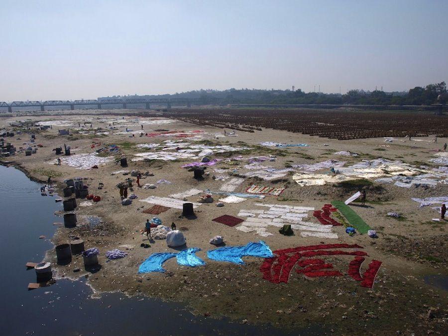 Lavando la ropa en el rio, India