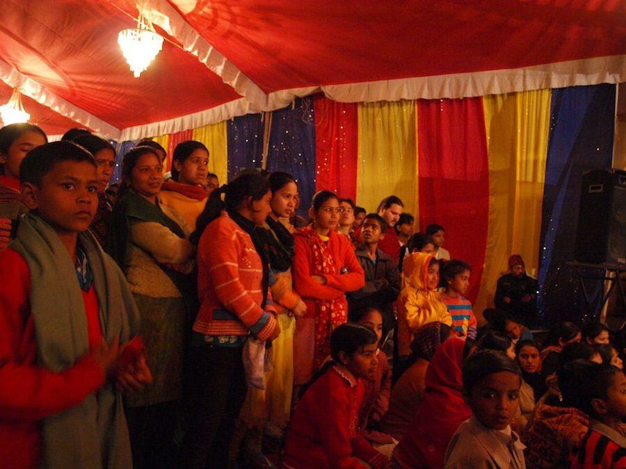 Habitantes de Rishikesh viendo el espectaculo
