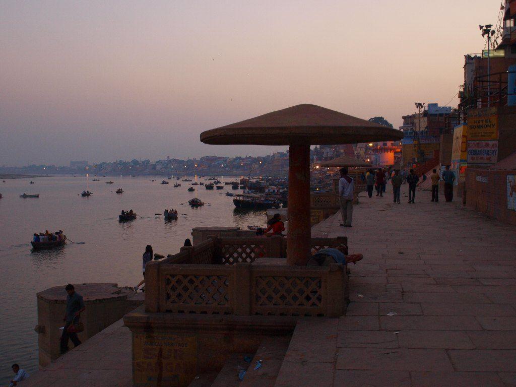ghat Varanasi atardecer viaje India