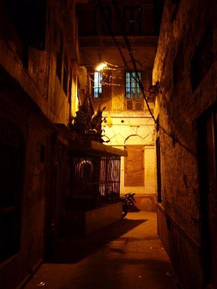 India viaje Varanasi noche calles ciudad