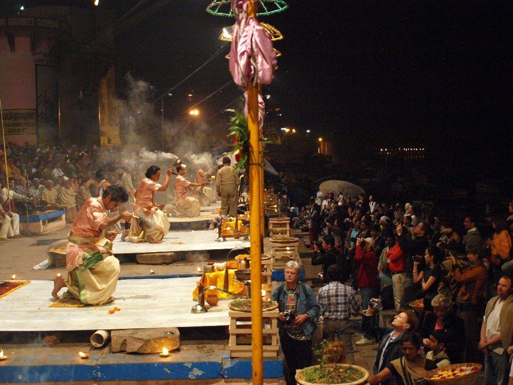 turistas varanasi ceremonia nocturna india