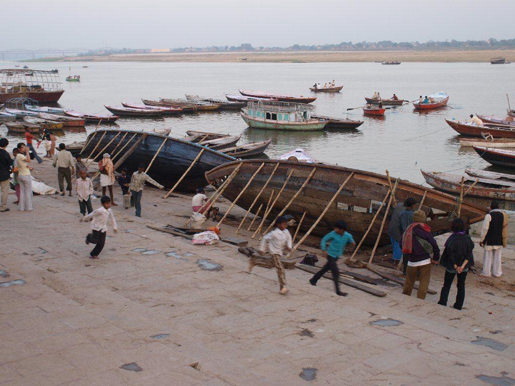 Viaje a India Varanasi Ganges ghat niños
