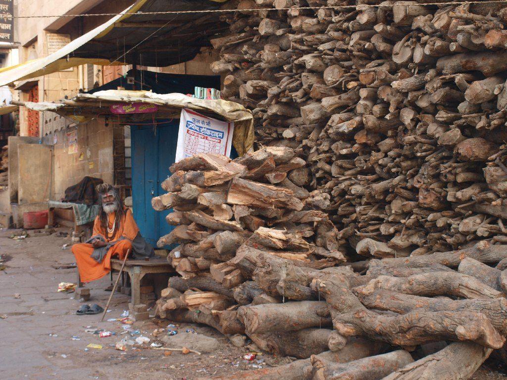 varanasi madera troncos cremaciones muerte india