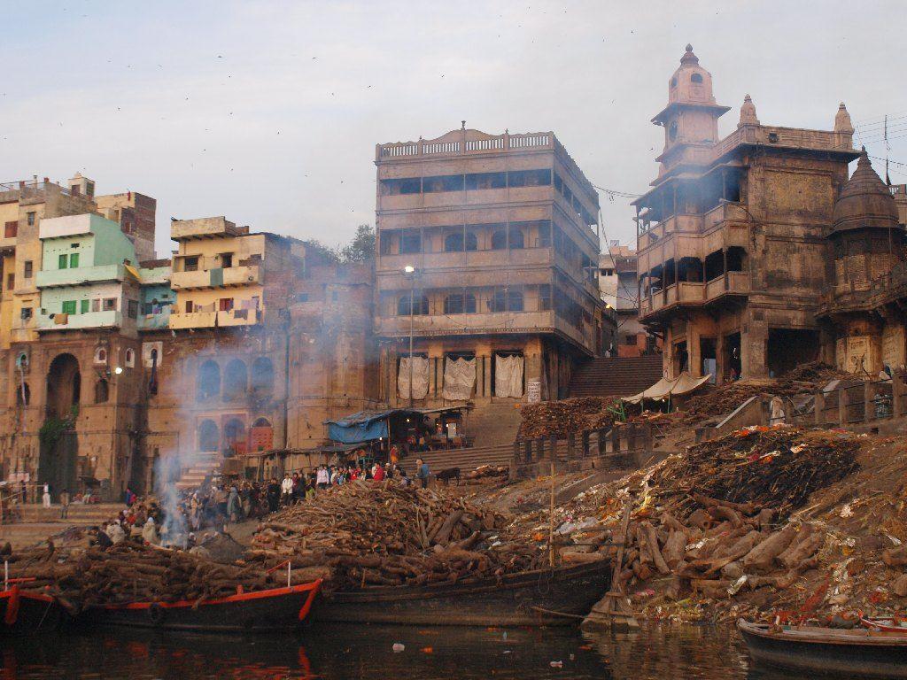Varanasi cremaciones turistas ghat crematorio india