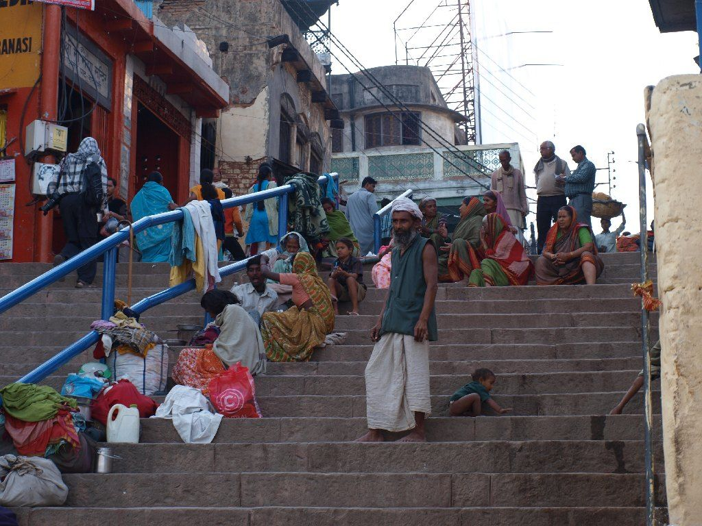 India viajar mendigos pobreza ghat varanasi