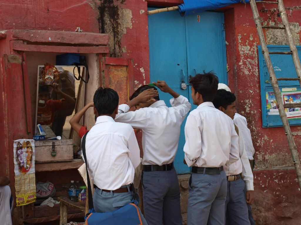 Varanasi India ghat niños colegio