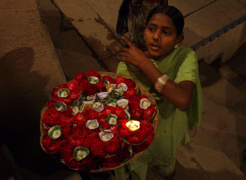 Varanasi ofrendas puja ceremonia flores velas India