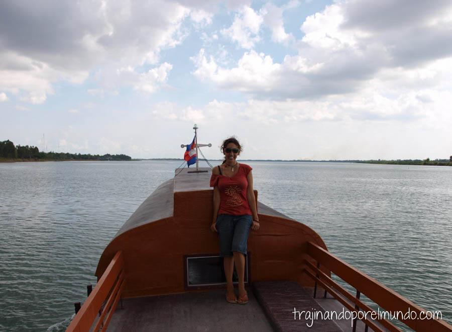 cruzando de camboya a vietnam, barco, frontera, viaje