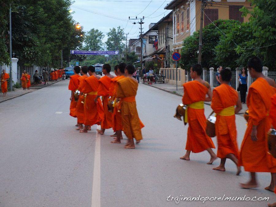 amanecer-luang-prabang-monjes-limosna