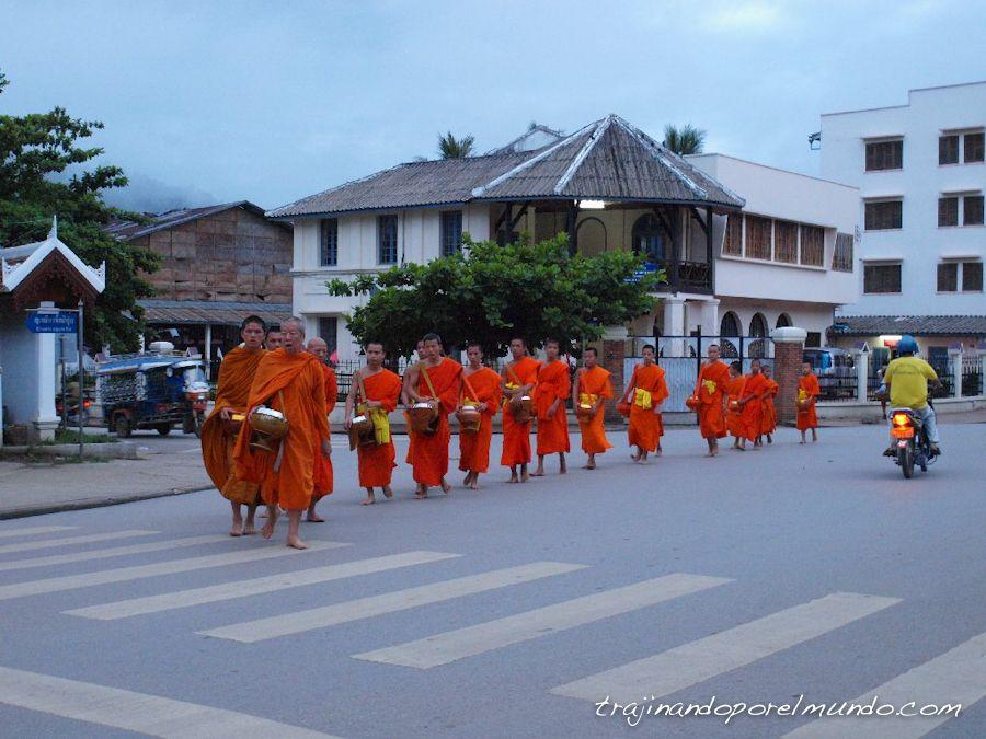laos-monjes-entrega-limosnas-amanecer