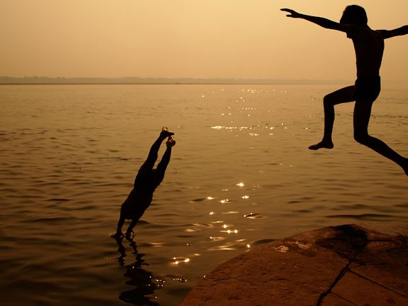Ganga, Varanasi. Niños saltando al algua