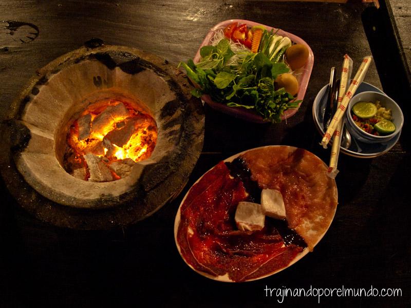 Lao bbq, barbacoa, comer barato, viaje a laos, Luang Prabang