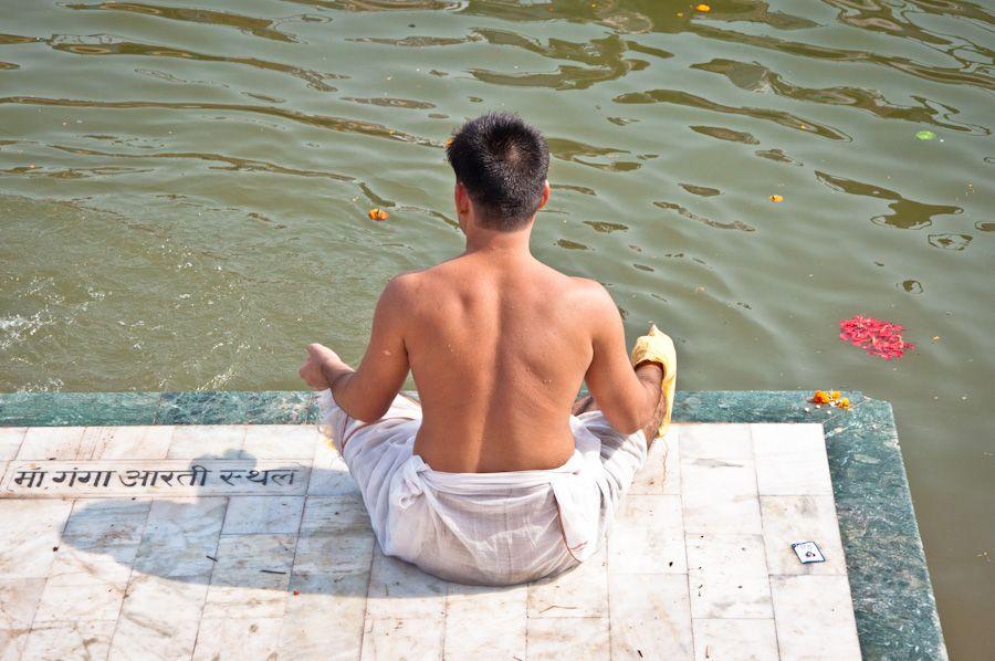 Hombre practicando yoga en Varanasi, India