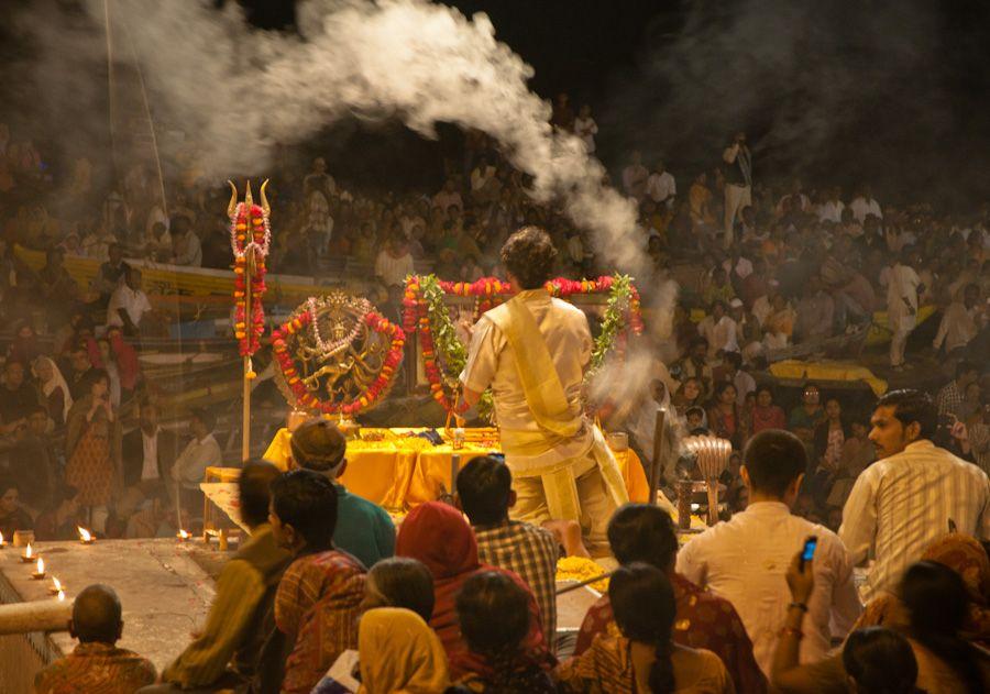 Ceremonia de la puja en Varanasi (2)