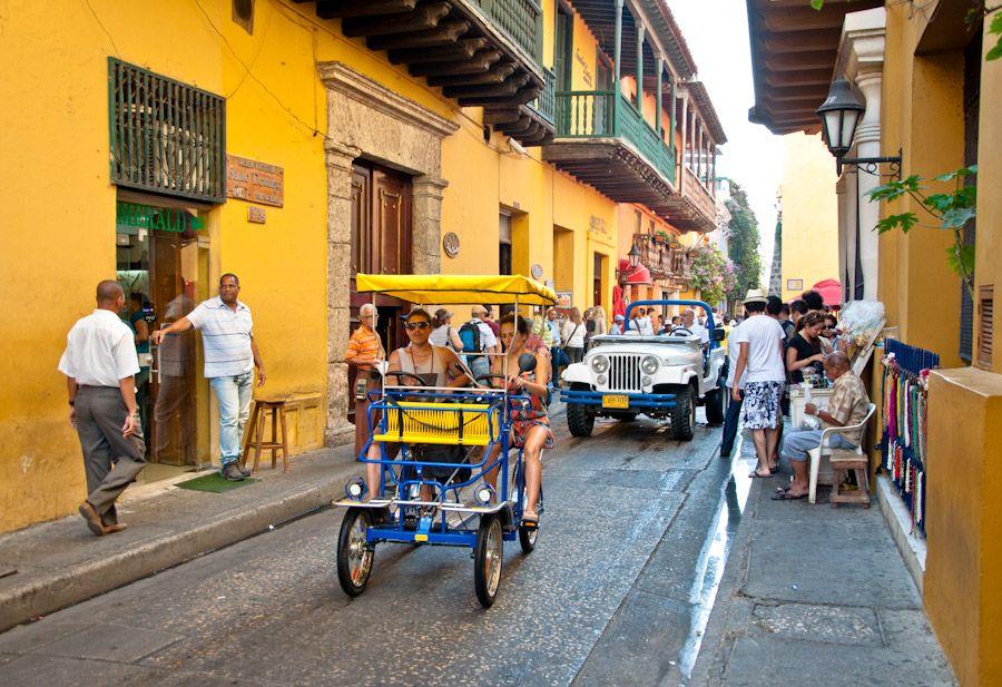 Colorida calle Cartagena Colombia