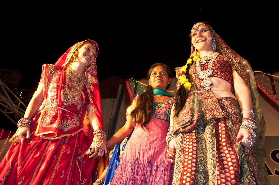 Turistas vestidas de novia en India
