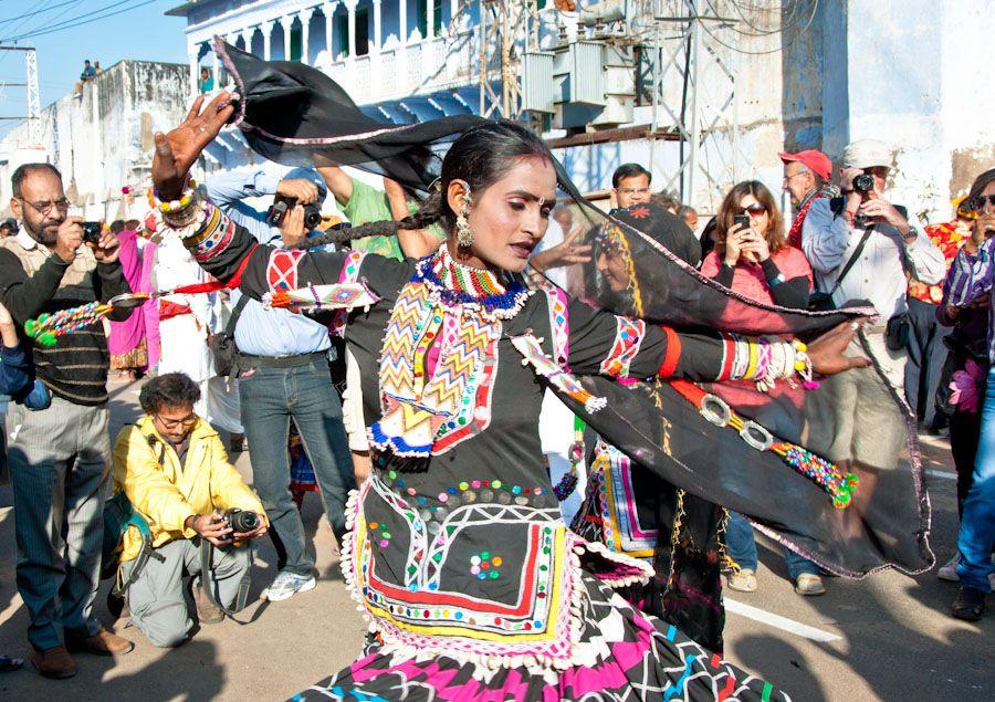 Mujer bailando desierto India