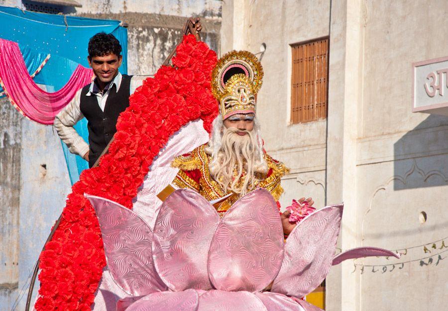 Nino disfrazado dios hindu