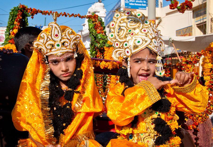 Ninos dioses India desfile