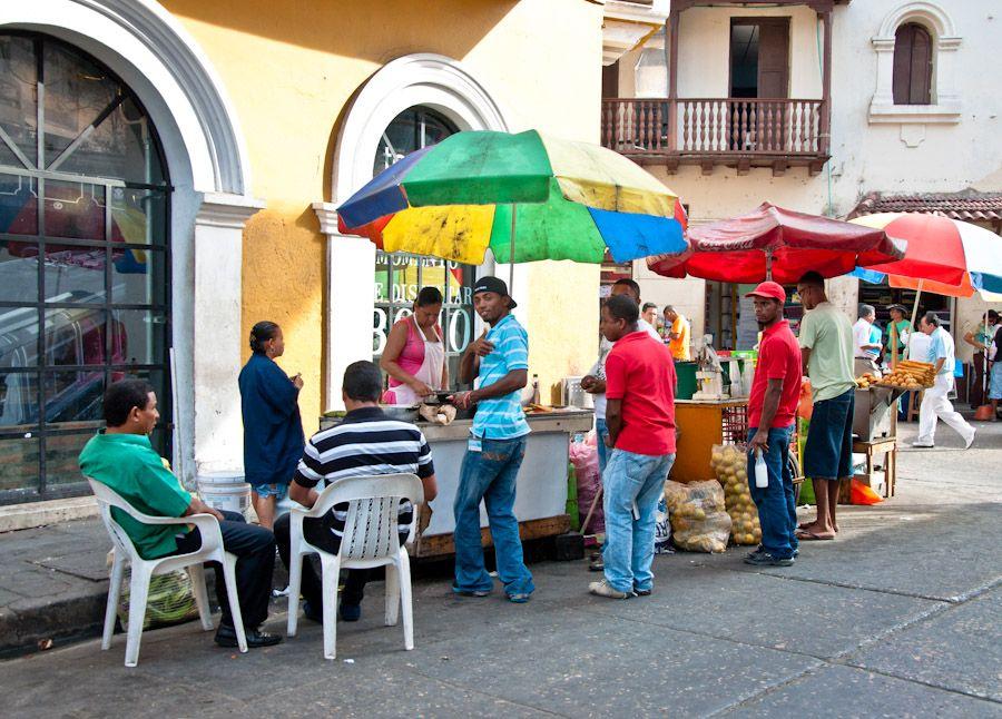 Comiendo en la calle Colombia