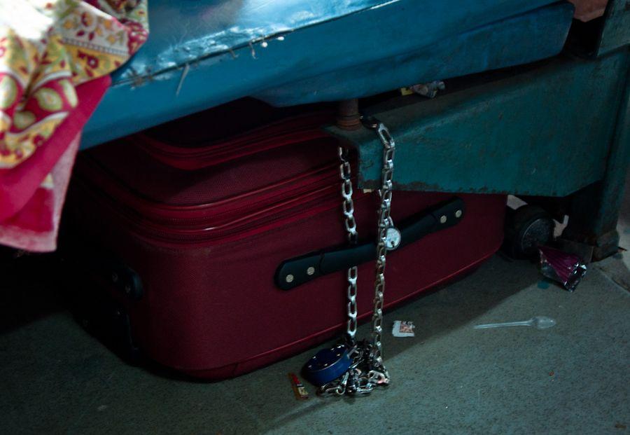 Mochila equipaje cadenas robos tren India