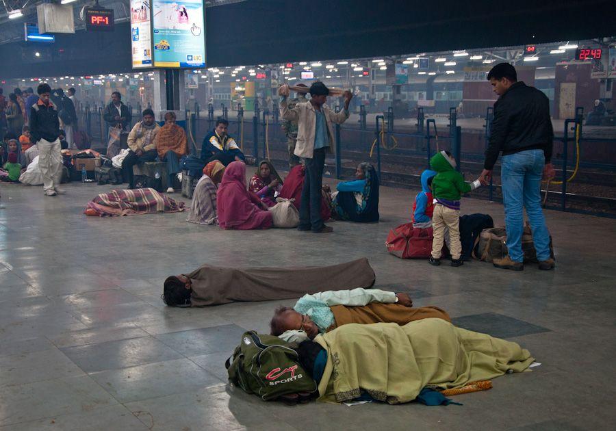 Indios durmiendo en la estación de tren