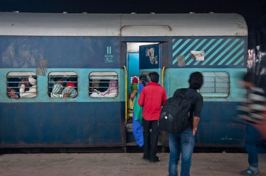 Tren en la estacion de India. Viajar en tren