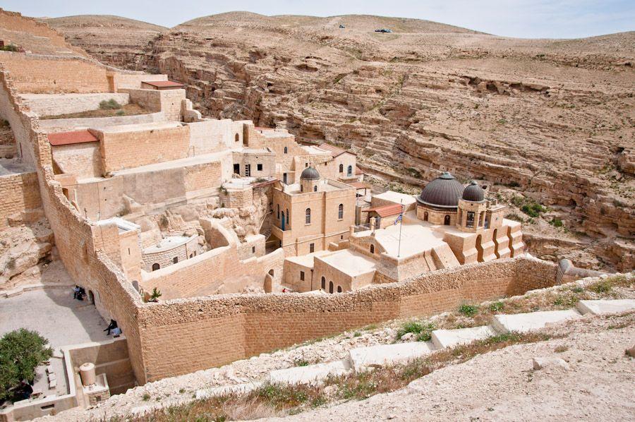 monasterio en acantilado