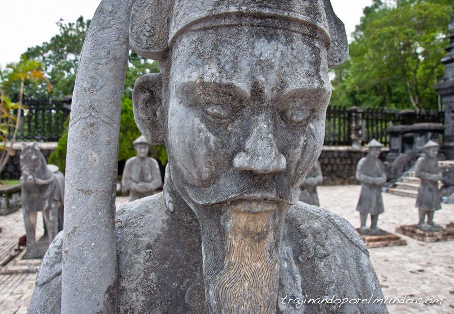 Hue-Tumba-Khai-Dinh-estatua