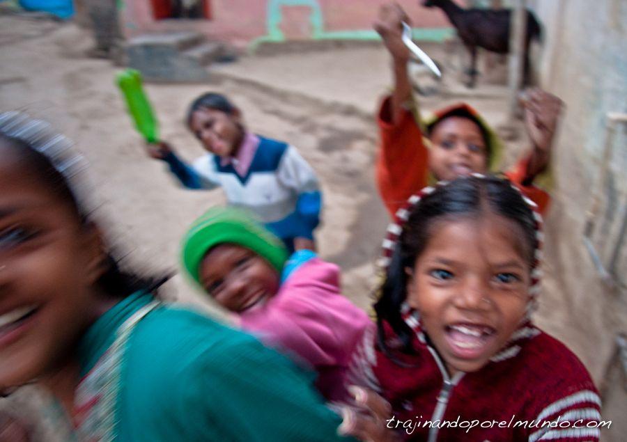viaje a india, jugar con ninos, bodhgaya, diversion