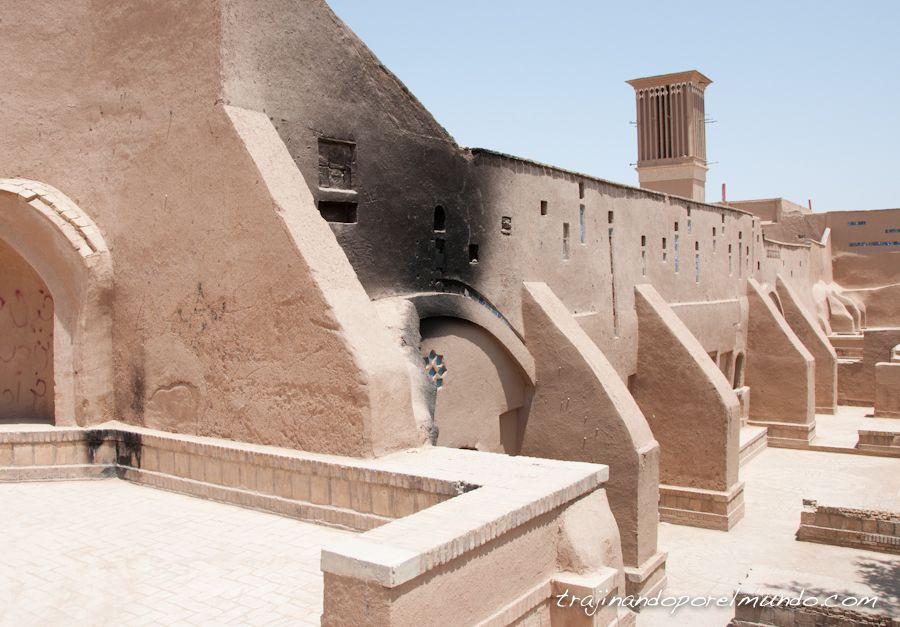 viaje a Iran, edificio quemado, paseo, calor, verano