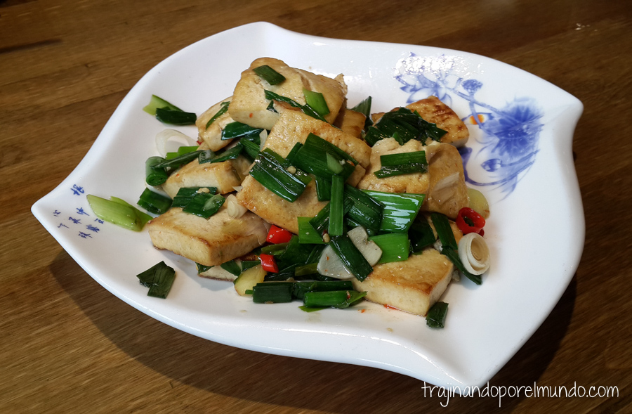 Comida china vegetariana: tofu frito con cebollino